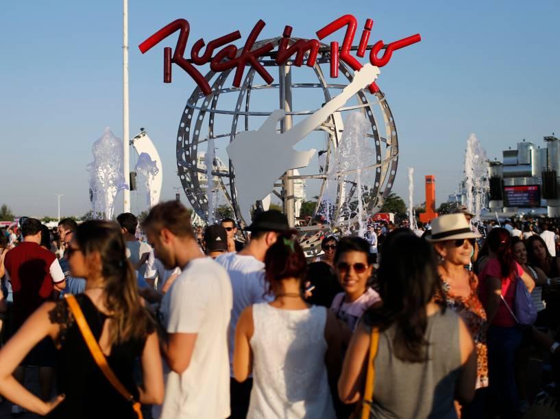 Movimentação do público na Cidade do Rock, para o segiundo dia de shows do Rock in Rio, que começa neste sábado (19)