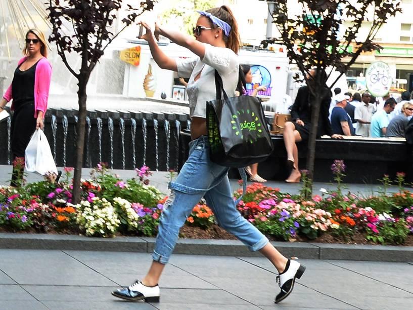Cara Delevingne passea sozinha pelas ruas de Nova York
