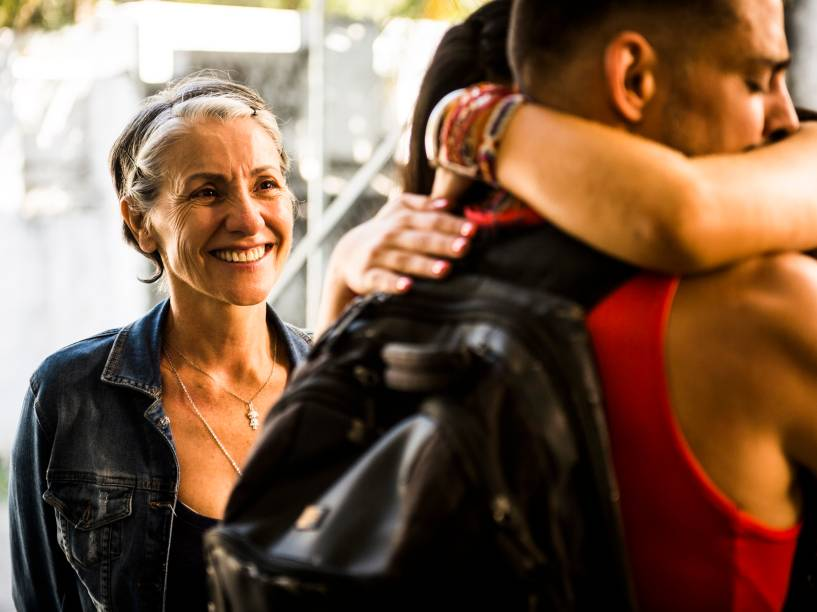 Juliano (Cauã Reymond) é recebido por Tóia (Vanessa Giácomo) e Djanira (Cássia Kis) ao sair do presídio