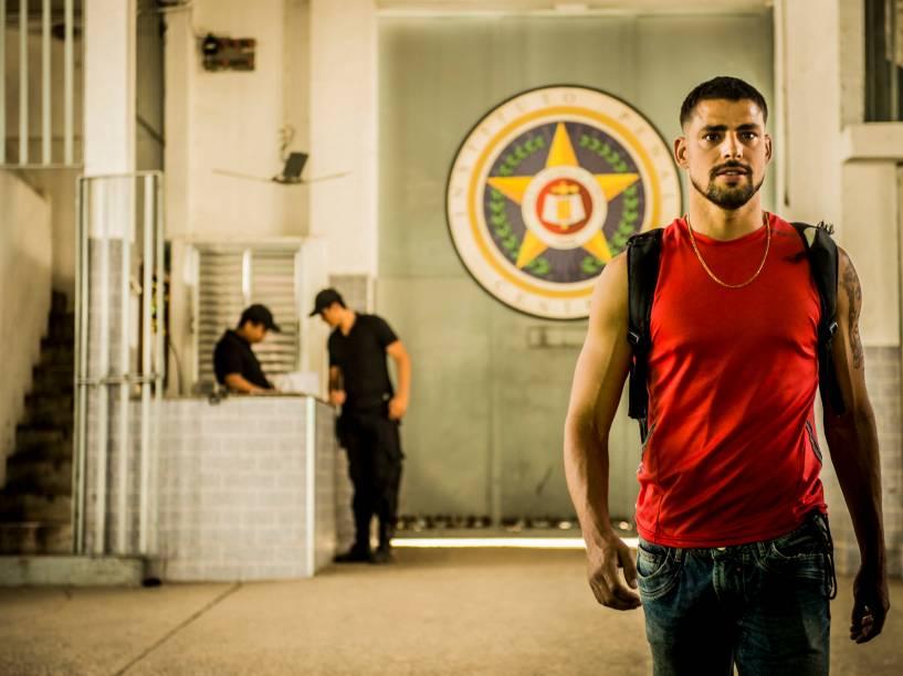 Juliano (Cauã Reymond) deixa a prisão na estreia de A Regra do Jogo