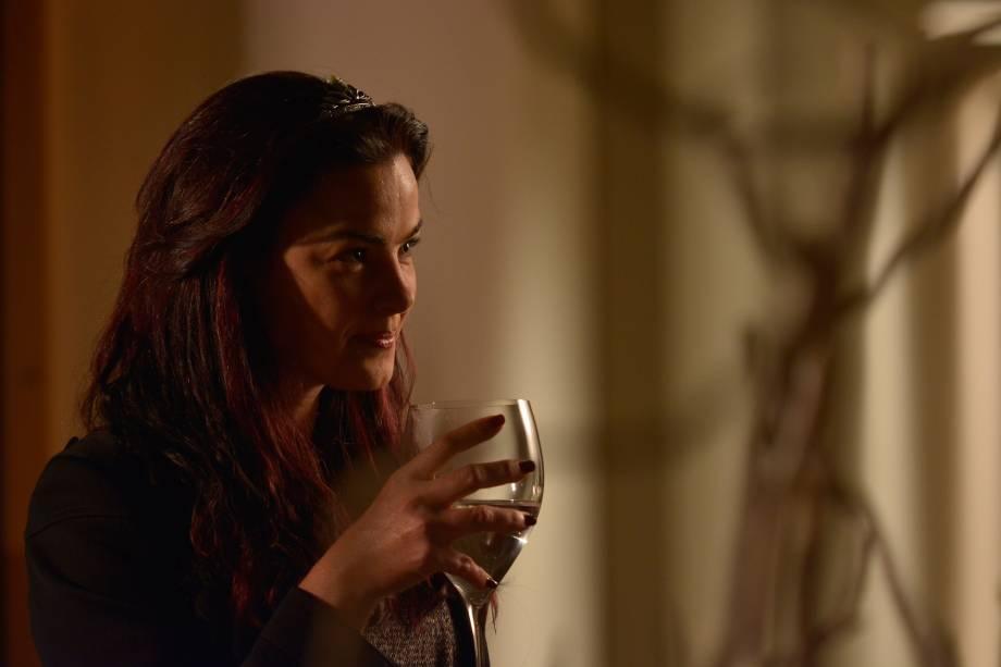 Ana Paula Arósio é Clara, versão de Lady Macbeth, em A Floresta que se Move