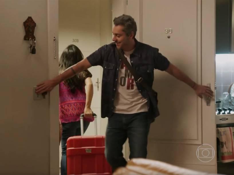 Romero (Alexandre Nero) apaga a luz ao sair de casa com Tóia (Vanessa Giácomo)...