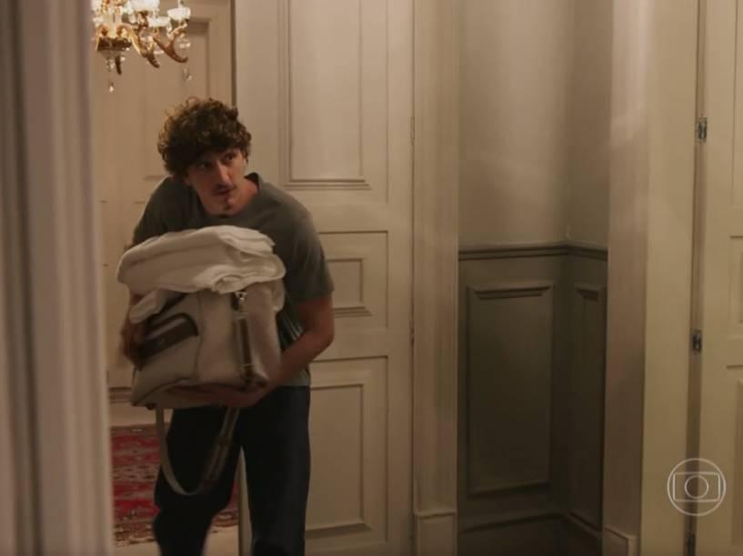 Cesário (Johnny Massaro) chega no quarto durante a conversa e consegue entrar sem destrancar a porta