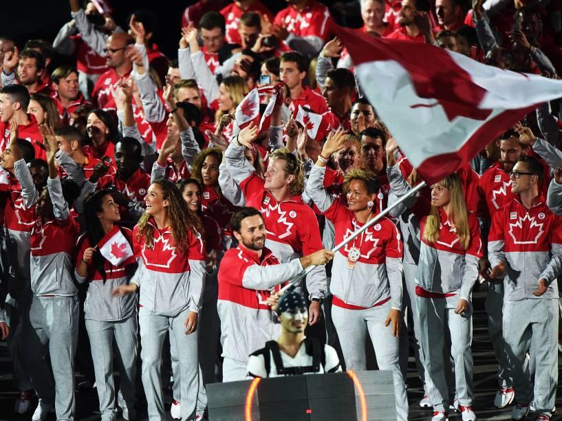 Delegação canadense encerra o desfile de atletas durante a cerimônia de abertura dos Jogos Pan-Americanos de Toronto