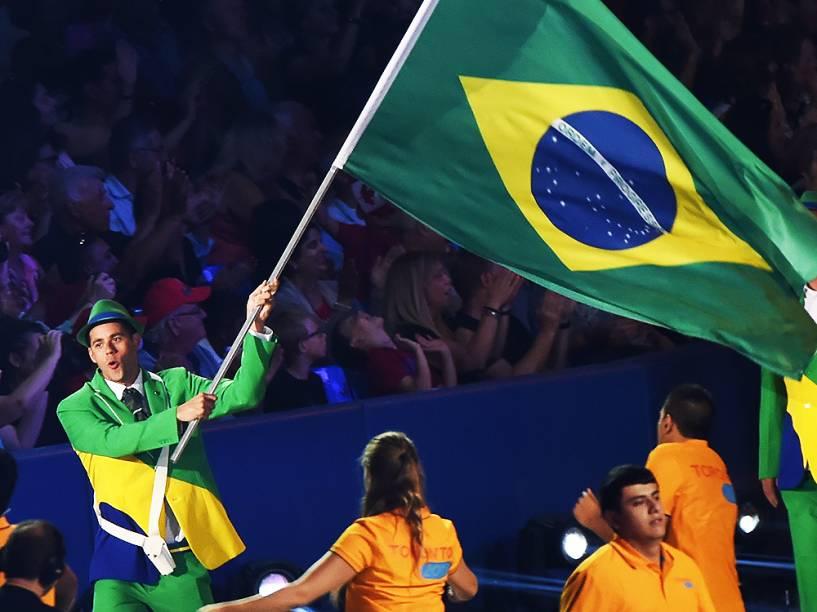 O nadador Thiago Pereira carrega a bandeira do Brasil na cerimônia de abertura dos Jogos Pan-Americanos de Toronto, no Canadá