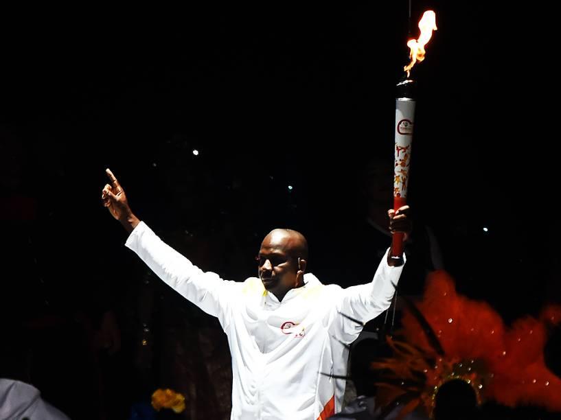 O ex-atleta canadense Donovan Balley carrega a tocha durante a cerimônia de abertura dos Jogos Pan-Americanos de Toronto, no Canadá