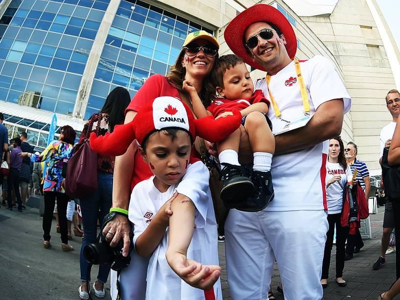 Movimentação do público nos arredores do Rogers Centre em Toronto no Canadá, antes da cerimônia de abertura dos Jogos Pan-Americanos