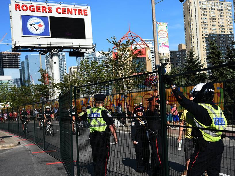 Policiais fazem a segurança no entorno do Rogers Centre em Toronto, antes da cerimônia de abertura dos Jogos Pan-Americanos