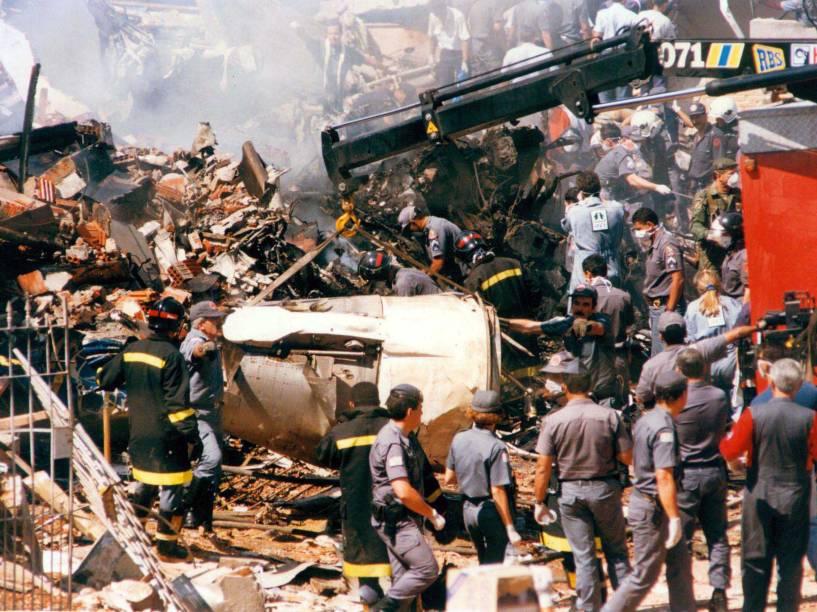 Bombeiros e equipes de resgate em meio aos destroços no local do acidente com o Fokker 100 da TAM, em 1996. O acidente matou 99 pessoas