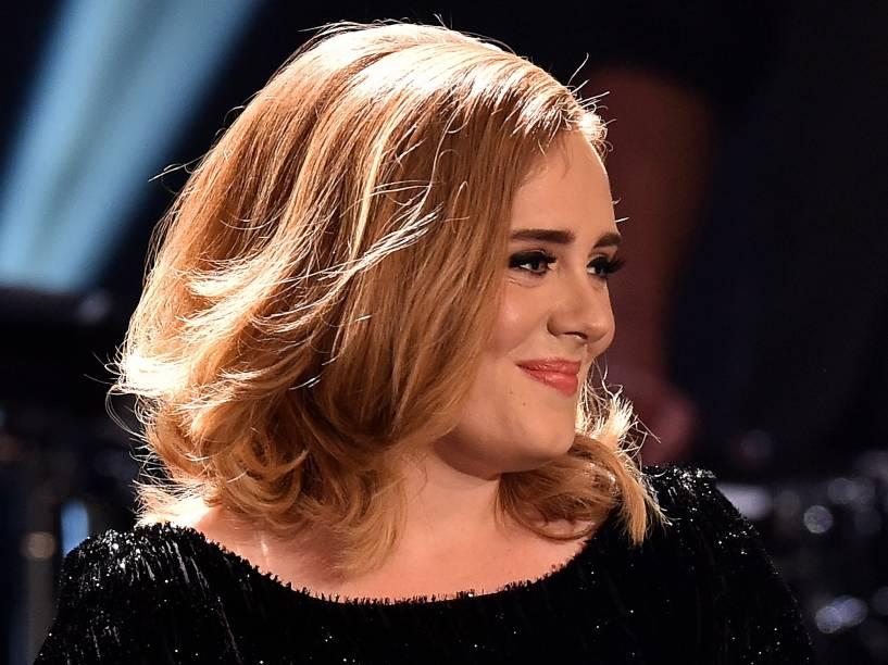 Adele ao lado de James Corden, durante participação no programa Late Late Show, da CBS