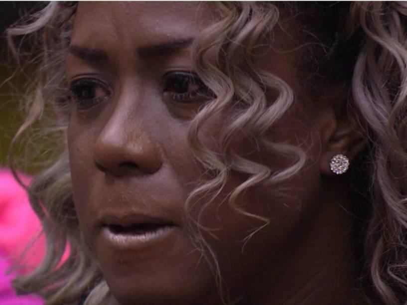 Adélia chora e ameaça deixar a casa do BBB16