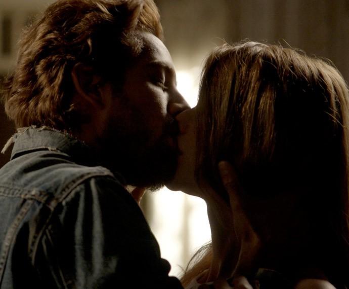 Lívia (Alinne Moraes) e Felipe (Rafael Cardoso) dão primeiro beijo na fase atual de Além do Tempo