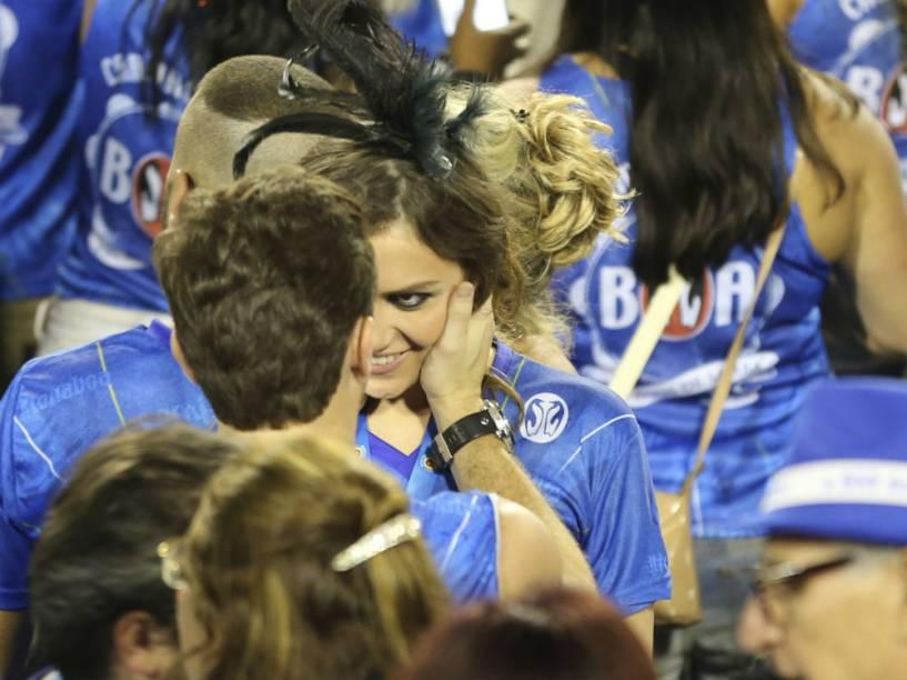 Monica Iozzi e Klebber Toledo se beijam em camarote na Sapucaí