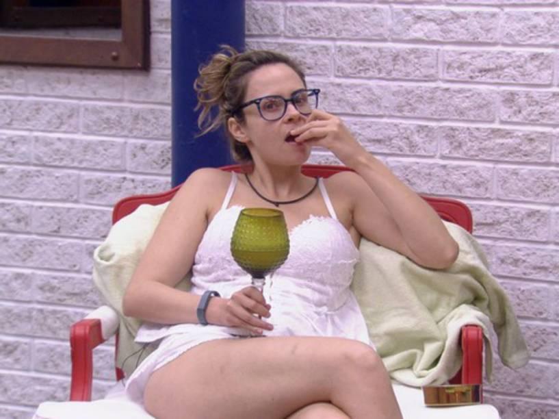 """Ana Paula assiste às conversas entre os participantes do BBB16 após vencer """"paredão do bem"""" e ser levada, em segredo, ao segundo andar da casa"""