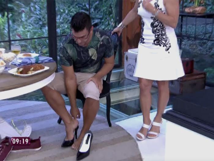 André Marques depila a perna e monta no salto no Mais Você, da Globo
