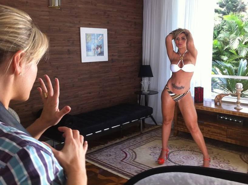 Dançarina do Latino, Andressa Urach fez poses sensuais para a campanha de uma marca de biquíni, em São Paulo