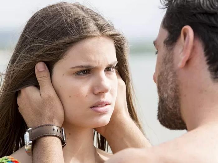 Alex (Rodrigo Lombardi) arma o bote para a enteada, Angel (Camila Queiroz),  na lua-de-mel com Carolina (Drica Moraes)