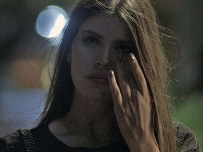 Angel (Camila Queiroz) sai correndo de evento depois que o executivo dono da festa é abusado com ela em Verdades Secretas