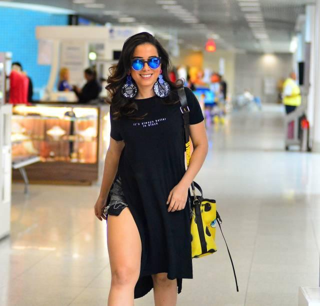 Anitta com visual difícil de traduzir no Aeroporto Santos Dumont