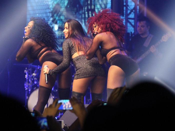 Anitta mostra mais do que devia em show do Barra Music, no Rio