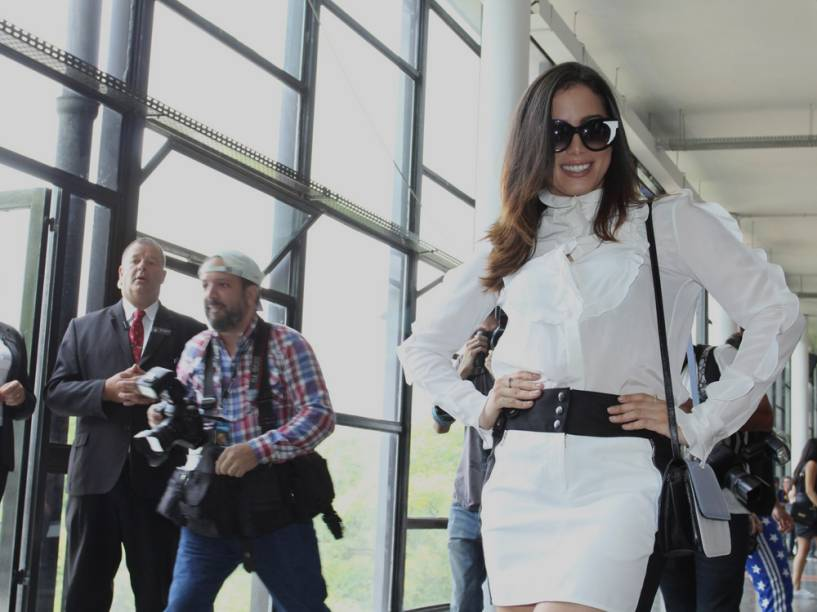 A cantora Anitta posa de ícone da moda na São Paulo Fashion Week