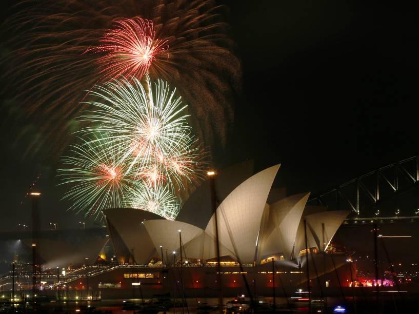Fogos de artifício colorem o céu de Sydney, na Austrália, em uma exibição que acontece na Opera House antes do Ano Novo, por volta das 21h (horário local)