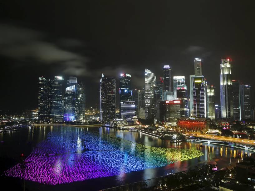 """Dezenas de milhares de """"esferas de pedidos"""" flutuam em Marina Bay, carregando os desejos de ano novo, em Singapura"""