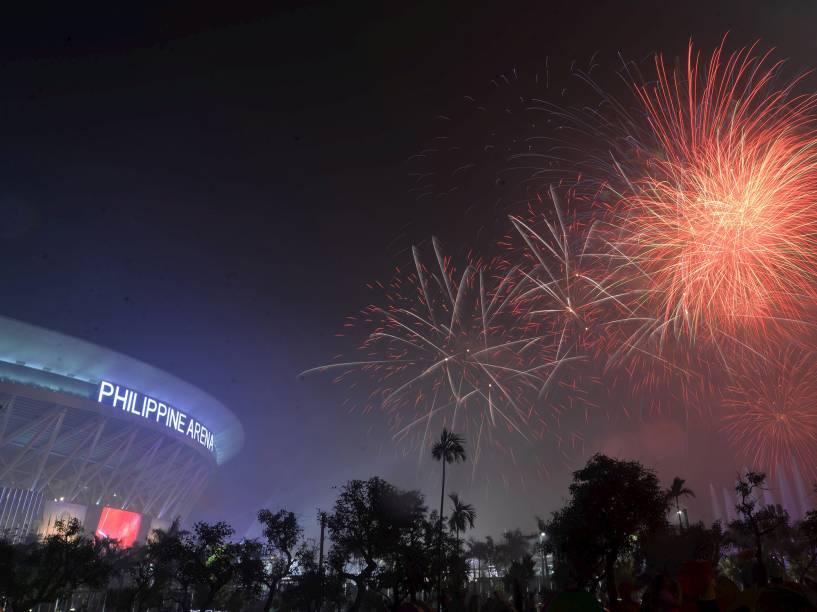 Fogos de artifício explodem durante as comemorações de ano novo na Arena Filipina em Bocaue, norte de Manila
