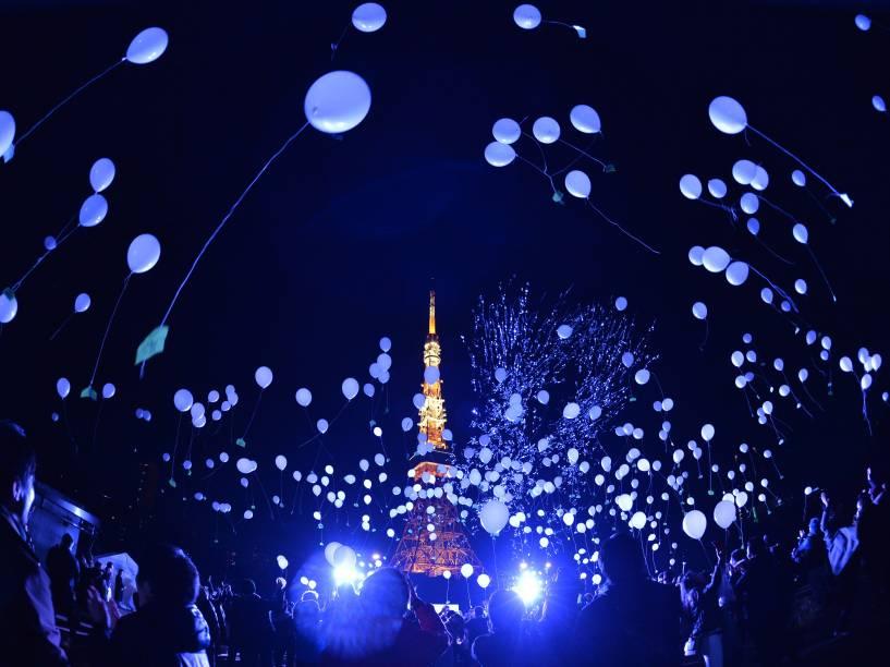 Pessoas soltam balões para comemorar a chegada do ano novo em Tóquio, Japão. Na celebração, mais de mil balões são soltos carregando desejos para o ano novo