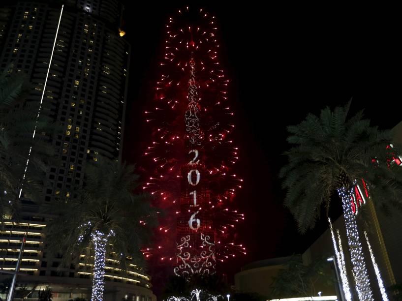 Fogos de artíficio explodem sobre o Burj Khalifa, o prédio mais alto do mundo, em Dubai