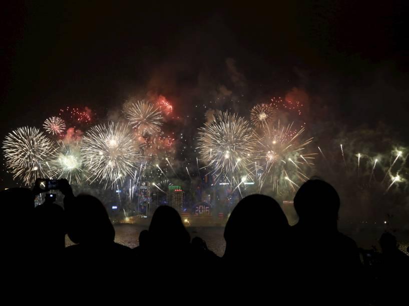 Fogos de artifício iluminam os céus durante a virada do ano em Hong Kong, China
