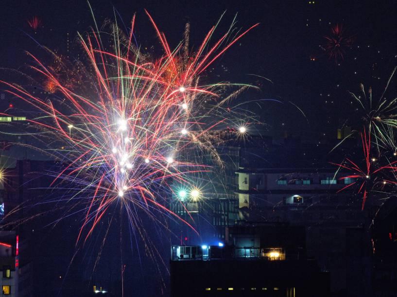 Fogos de artifício nos céus da cidade de Jacarta, Indonésia, durante a comemoração da virada do ano