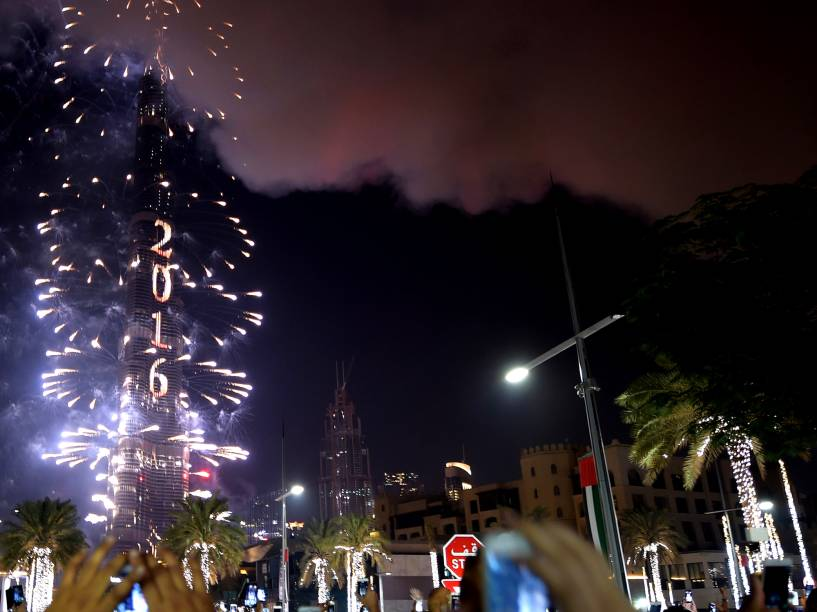 Fumaça de incêndio em hotel se mistura aos fogos de artíficio que explodem sobre o Burj Khalifa, o prédio mais alto do mundo, em Dubai