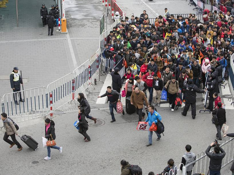 Chineses correm para embarcar em Guangzhou