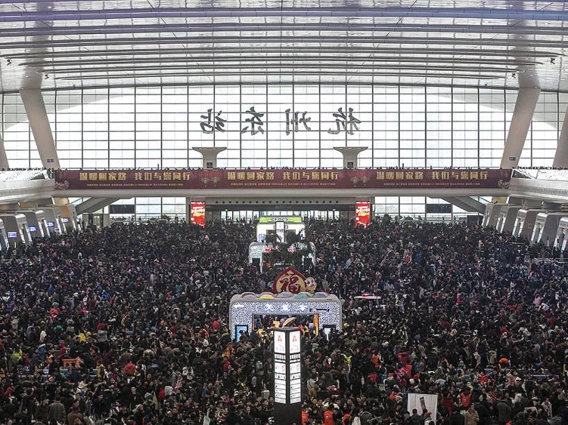 Milhares de pessoas dentro da estação de Hangzhou