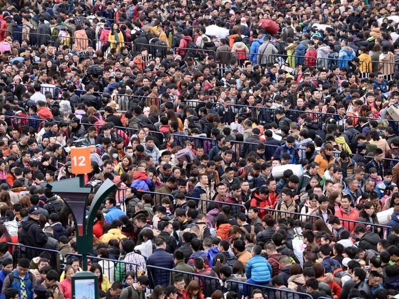 Aglomeração de chineses antes de embarcar em Guangzhou