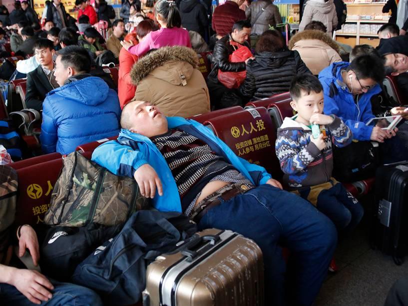 Passageiros aguardam em estação de trem em Pequim