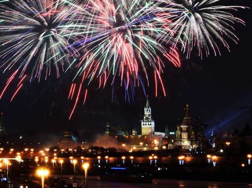 Fogos de artifício marcam a chegada de 2016 no Palácio do Kremlin em Moscou, na Rússia