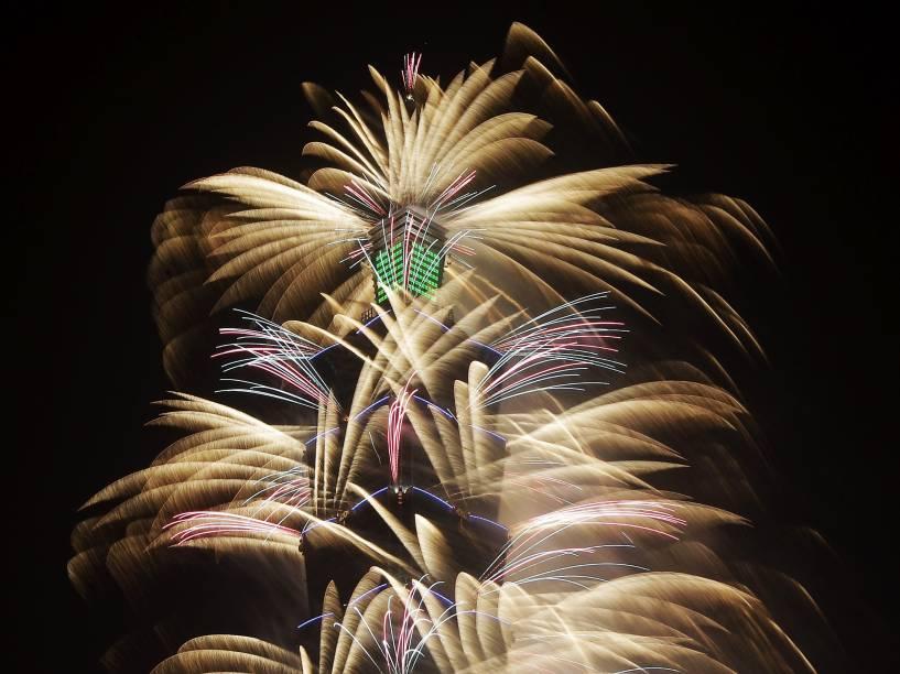 Fogos de artifício explodem de mais alto arranha-céus de Taiwan, em Taipei para marcar a chegada de 2016