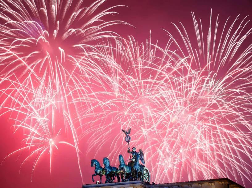 Alemães celebram a chegada de 2016 no Portão de Brandemburgo em Berlim