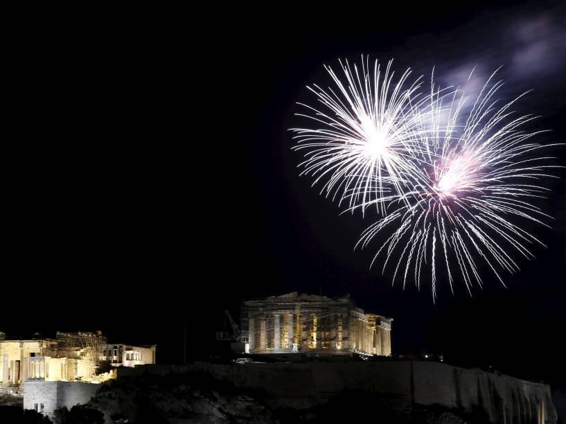 Fogos de artifício explodem sobre o templo do Partenon no topo de colina da Acrópole durante celebrações de Ano Novo em Atenas, na Grécia