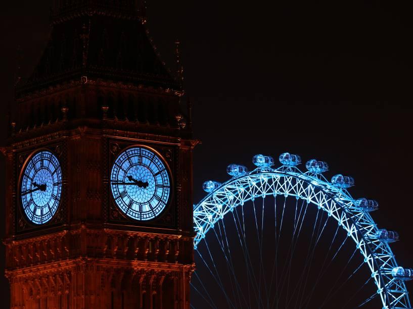 O Big Ben e a London Eye são iluminados em azul por campanha da Unicef durante a celebração do Ano Novo em Londres, na Inglaterra