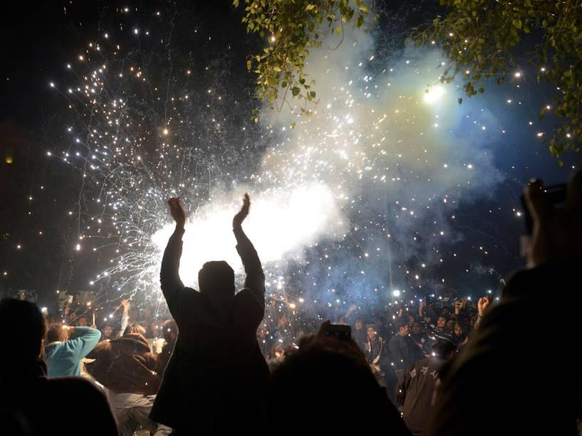 Paquistaneses celebram a chegada de 2016 com fogos de artifício na cidade de Lahore