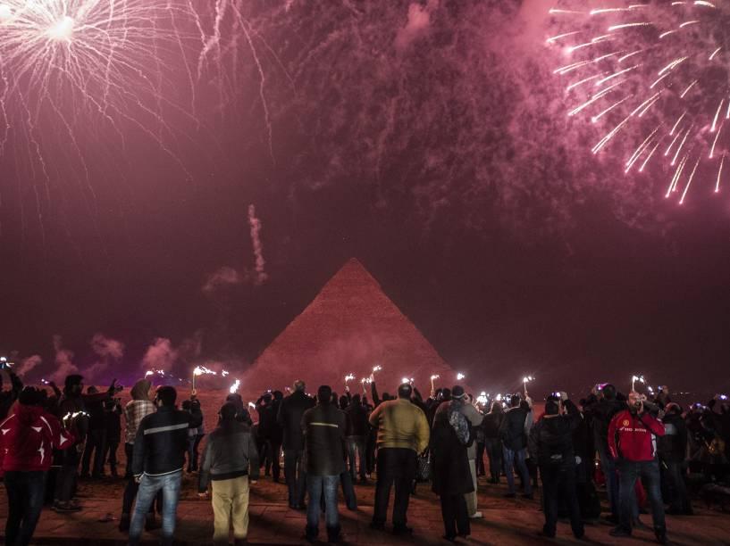 Egípcios celebram o Ano Novo na frente das pirâmides perto da capital Cairo