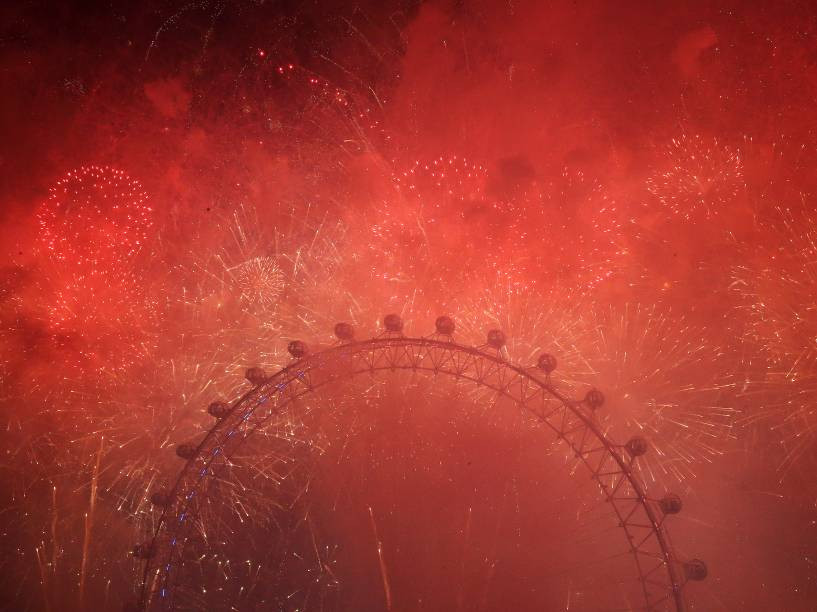 Fumaça dos fogos de artifício envolvem a London Eya durante as comemorações do Ano Novo na capital da Inglaterra