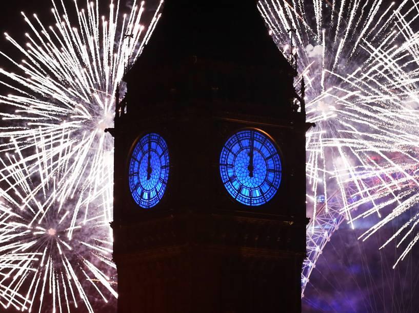 Fogos de artifício iluminam o horizonte de Londres e o Big Ben para celebrar a chegada de 2016 na capital da Inglaterra
