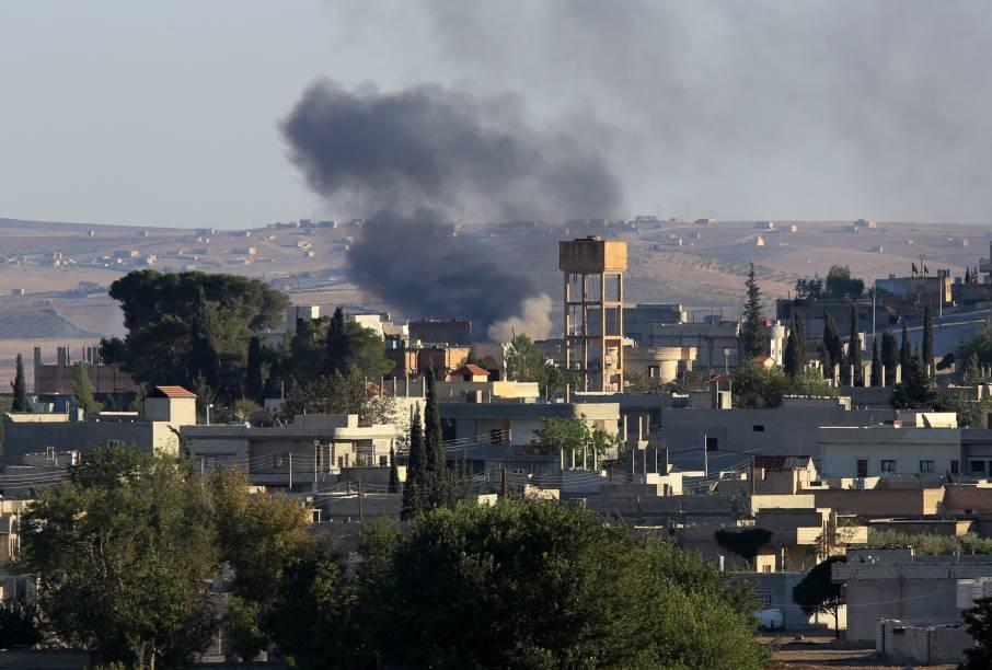 Fumaça é vista depois de bombardeio na cidade síria de Kobani. Coalizão internacional tenta impedir avanço terrorista contra a cidade, que fica perto da fronteira com a Turquia