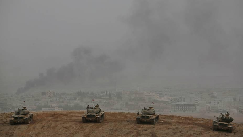 Em meio à luta entre curdos do PKK e os terroristas do Estado Islâmico, tanques do Exército turco ficam postados na fronteira com a Síria