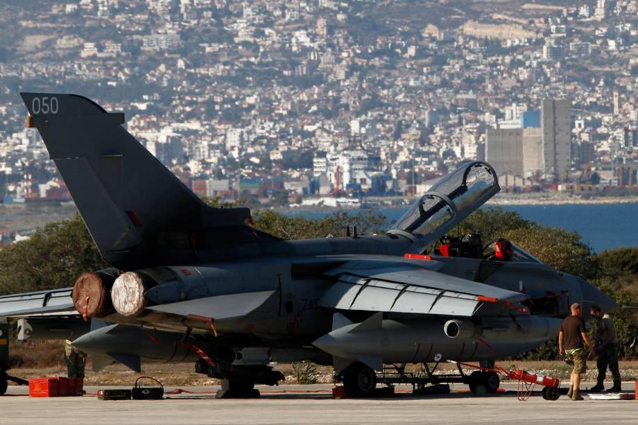 Militares britânicos trabalham em um caça na base aérea de Akrotiri, perto de Limassol, no Chipre. A Grã-Bretanha tem usado a base para operações contra alvos do grupo terrorista Estado Islâmico no Iraque