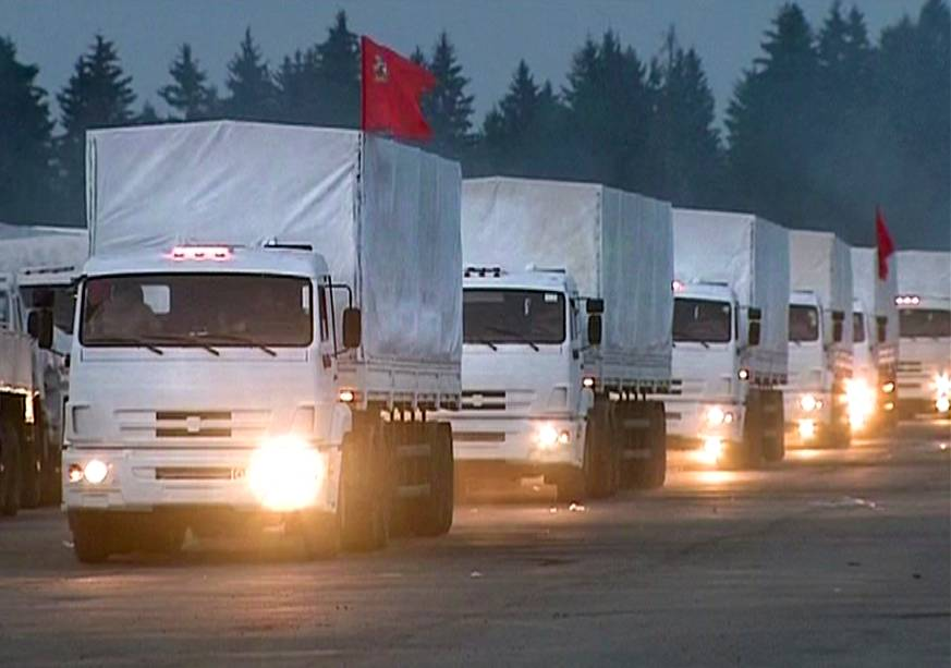 Imagem retirada de vídeo mostra comboio de caminhões deixando os arredores de Moscou alegadamente levando ajuda humanitária para o leste da Ucrânia